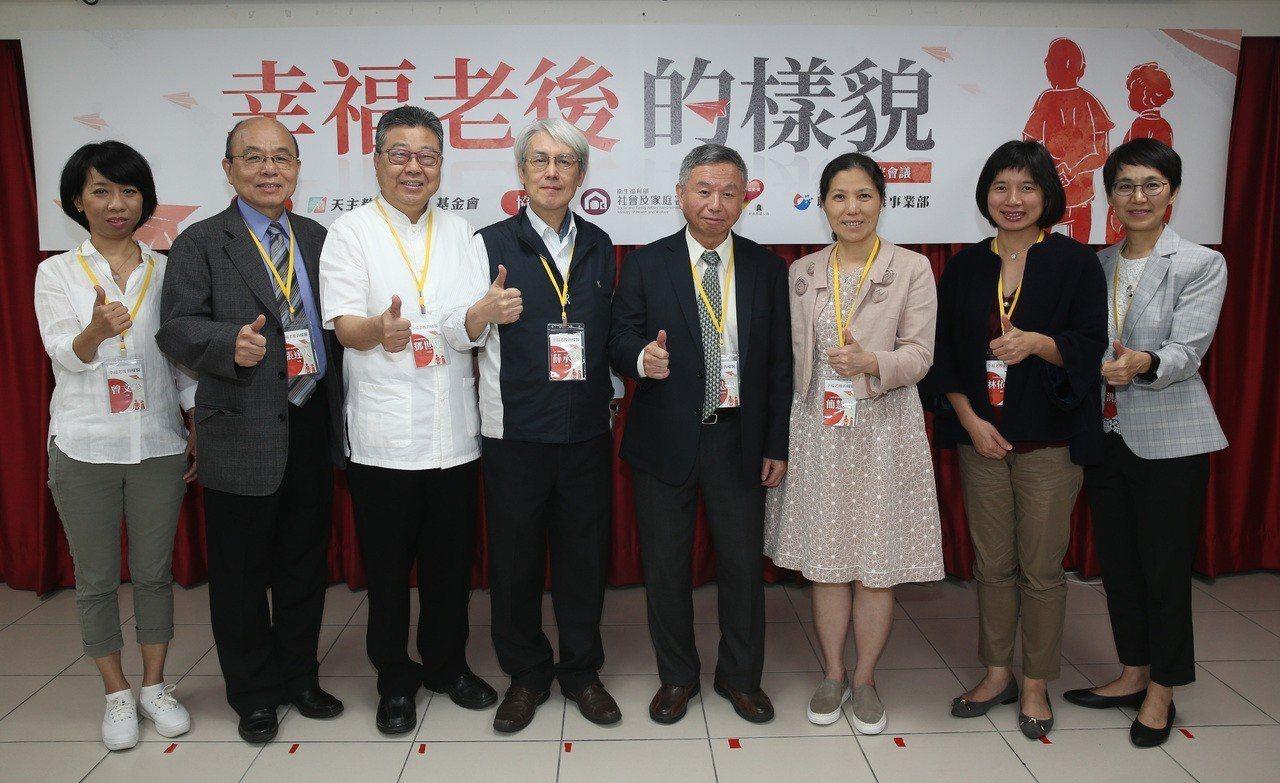 「幸福老後的樣貌」專家會議 ,由聯合報健康事業部營運長洪淑惠(右起)主持,弘道老...