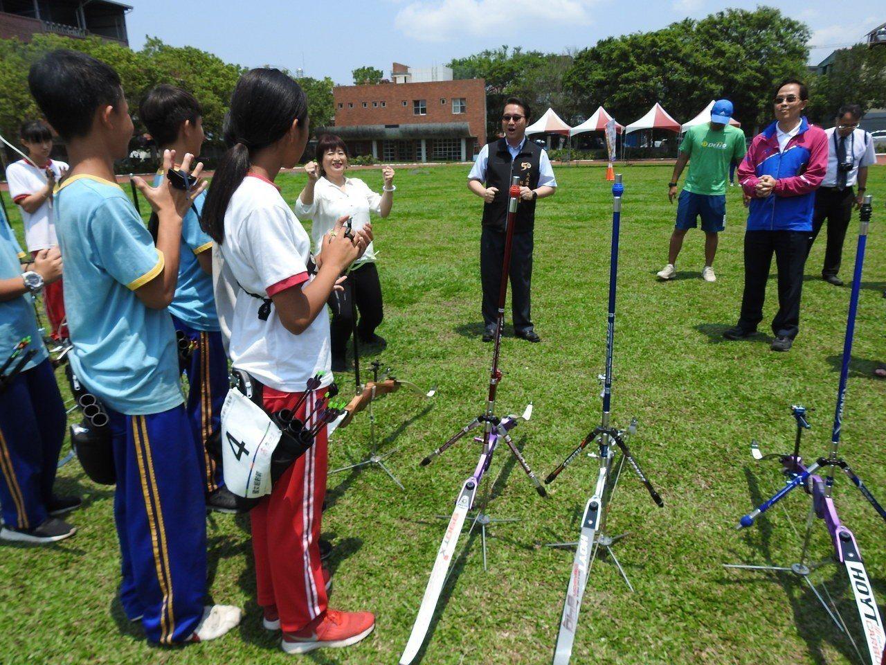體育署副署長王水文(藍紅外套者)今視察南投埔里大成國中射箭體育專班,也與學生互動...