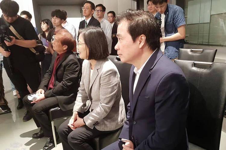 總統蔡英文23日親赴三立電視台,探班台八「炮仔聲」拍攝現場,據電視台透露,總統好奇為什麼有一檔本土劇,連年輕人都在看,所以來「炮仔聲」劇組,要了解戲劇產製流程,以及了解目前台灣影視產業的現況。不過有...
