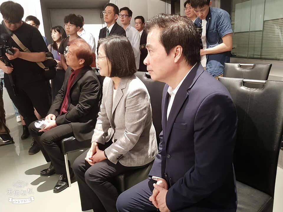 總統蔡英文(左二)聽取「炮仔聲」的簡報  圖/摘自臉書