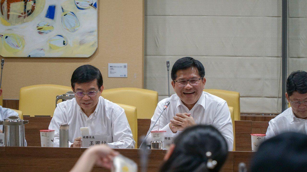交通部長林佳龍(中)及交通部政務次長王國材(左)。圖/交通部提供