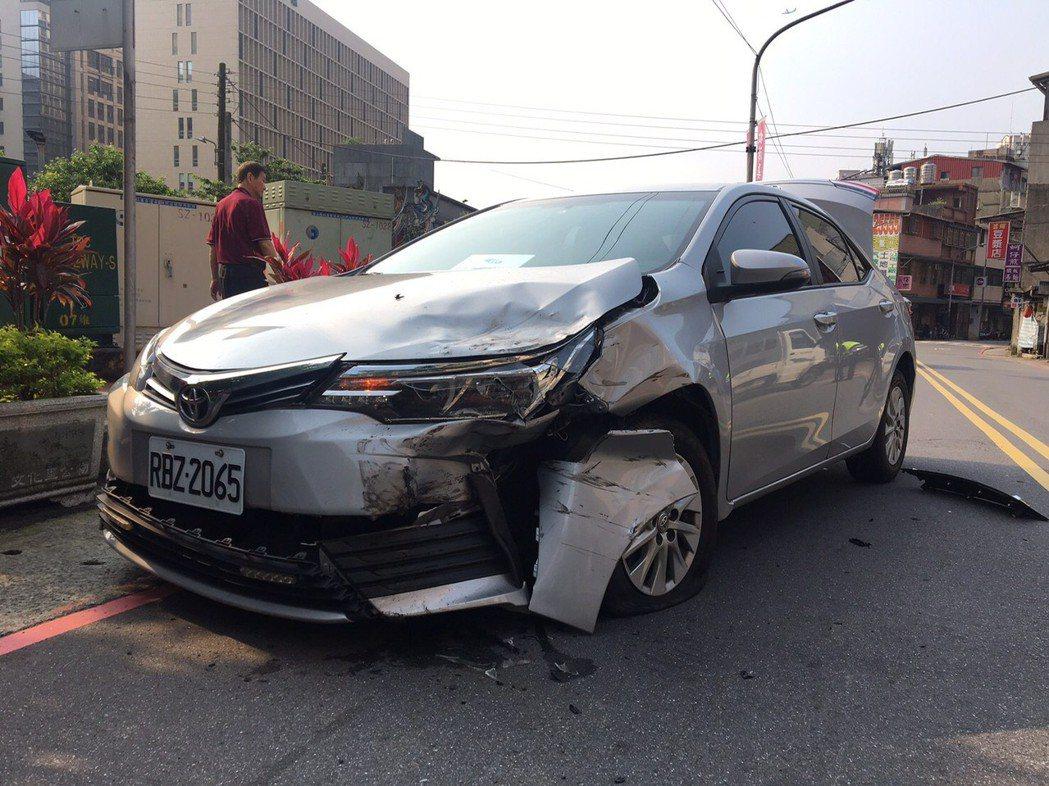 中視採訪車在途中出車禍。圖/中視提供