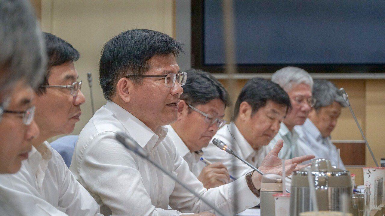 交通部長林佳龍(左3)。圖/交通部提供