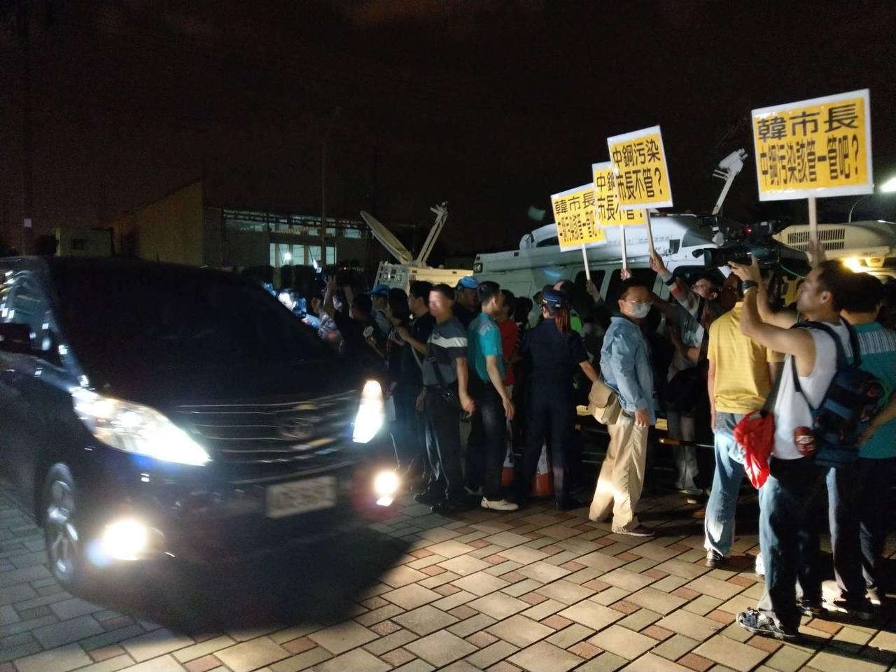 高雄市長韓國瑜今晚8時左右到大林蒲與居民座談,環保團體舉牌抗議中鋼污染,高雄市政...