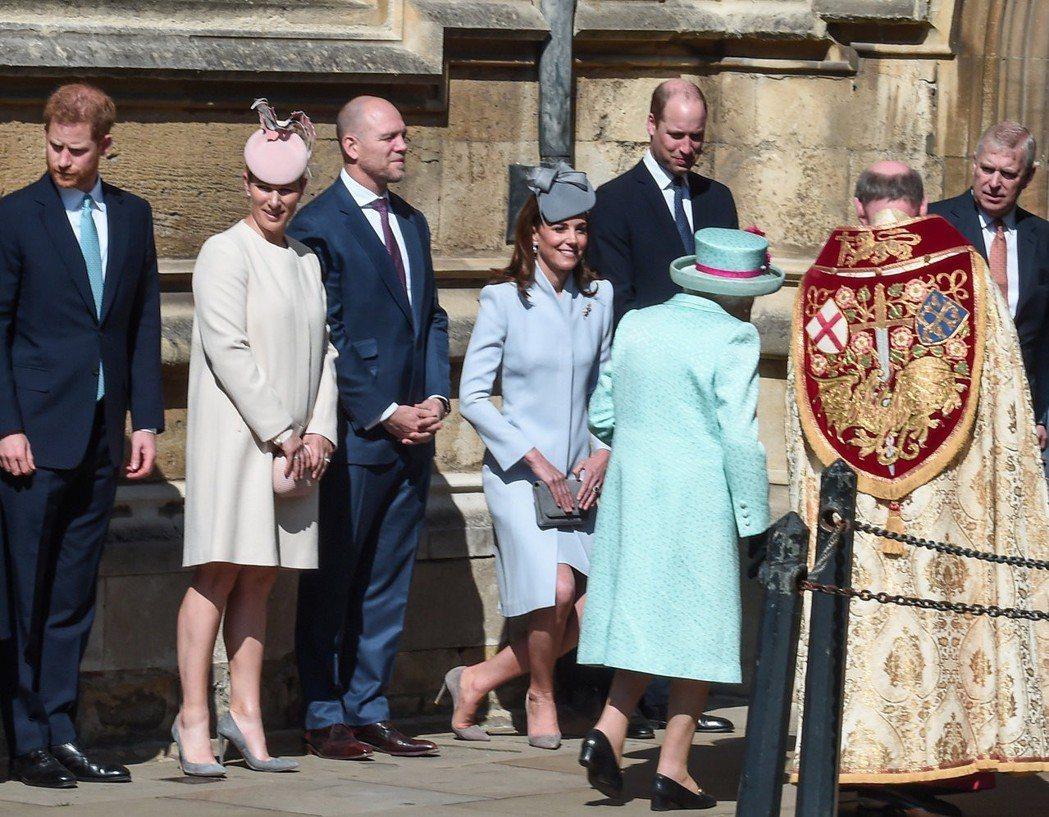英國皇室一起進行復活節禮拜,哈利王子(左一)與威廉王子(左五)距離很遠且眼光完全