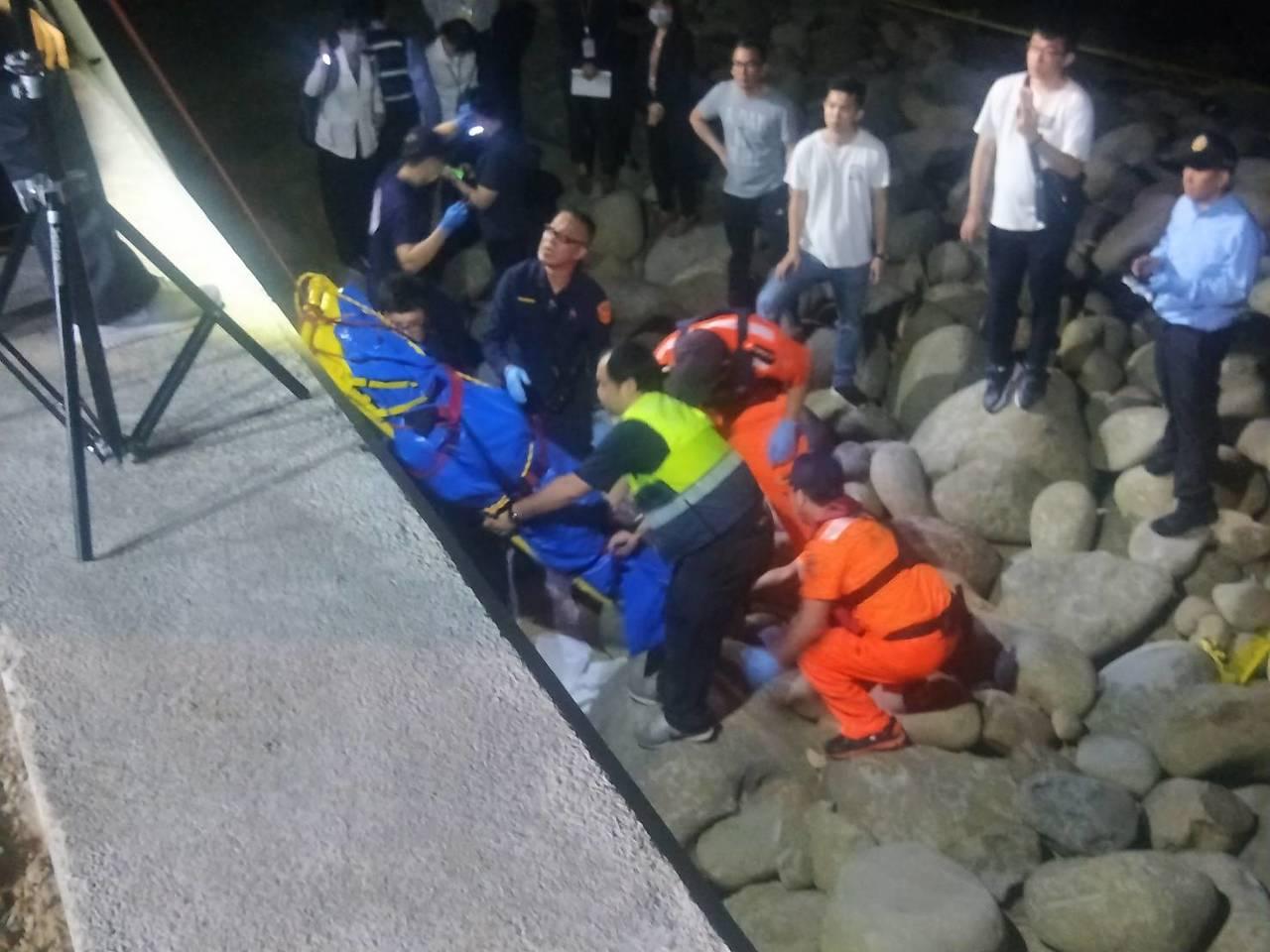 新北市泰山姊弟命案中失蹤的吳姓父親,今天傍晚被發現陳屍金山中角沙灘附近礁石上,經...