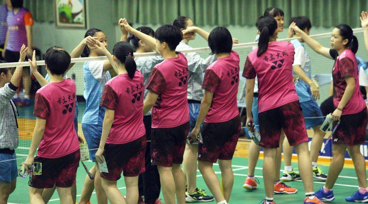 大同高中(粉紅)和高雄中學已連續3年在全中運女團金牌戰碰頭。記者劉學聖/攝影