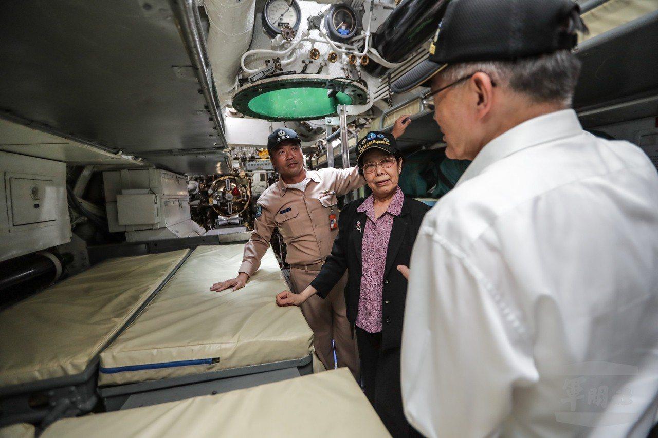 監察院長張博雅在茄比級潛艦的魚雷艙,官兵不但必須與他人共用「熱舖」,睡在內側的人...