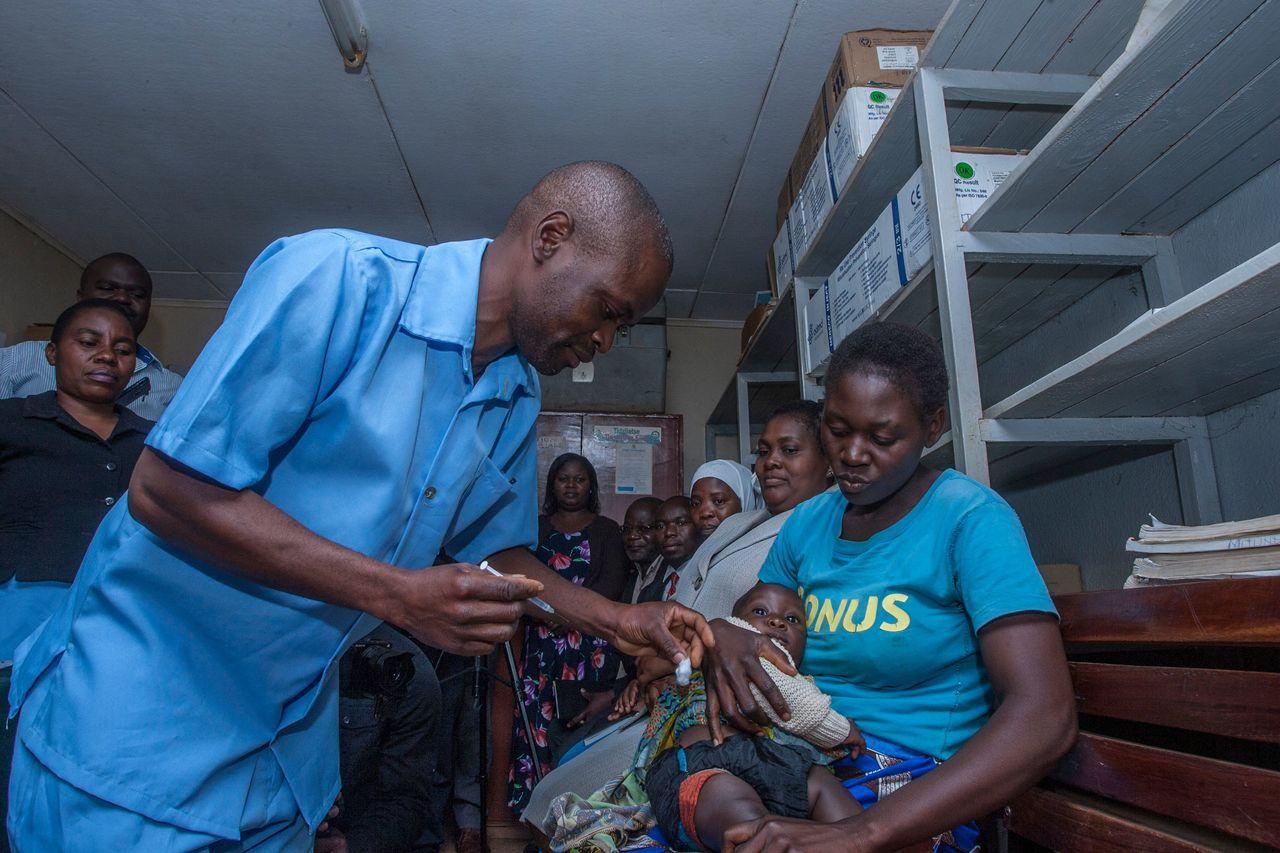 馬拉威一名醫療人員23日為嬰兒施打瘧疾疫苗。(法新社)