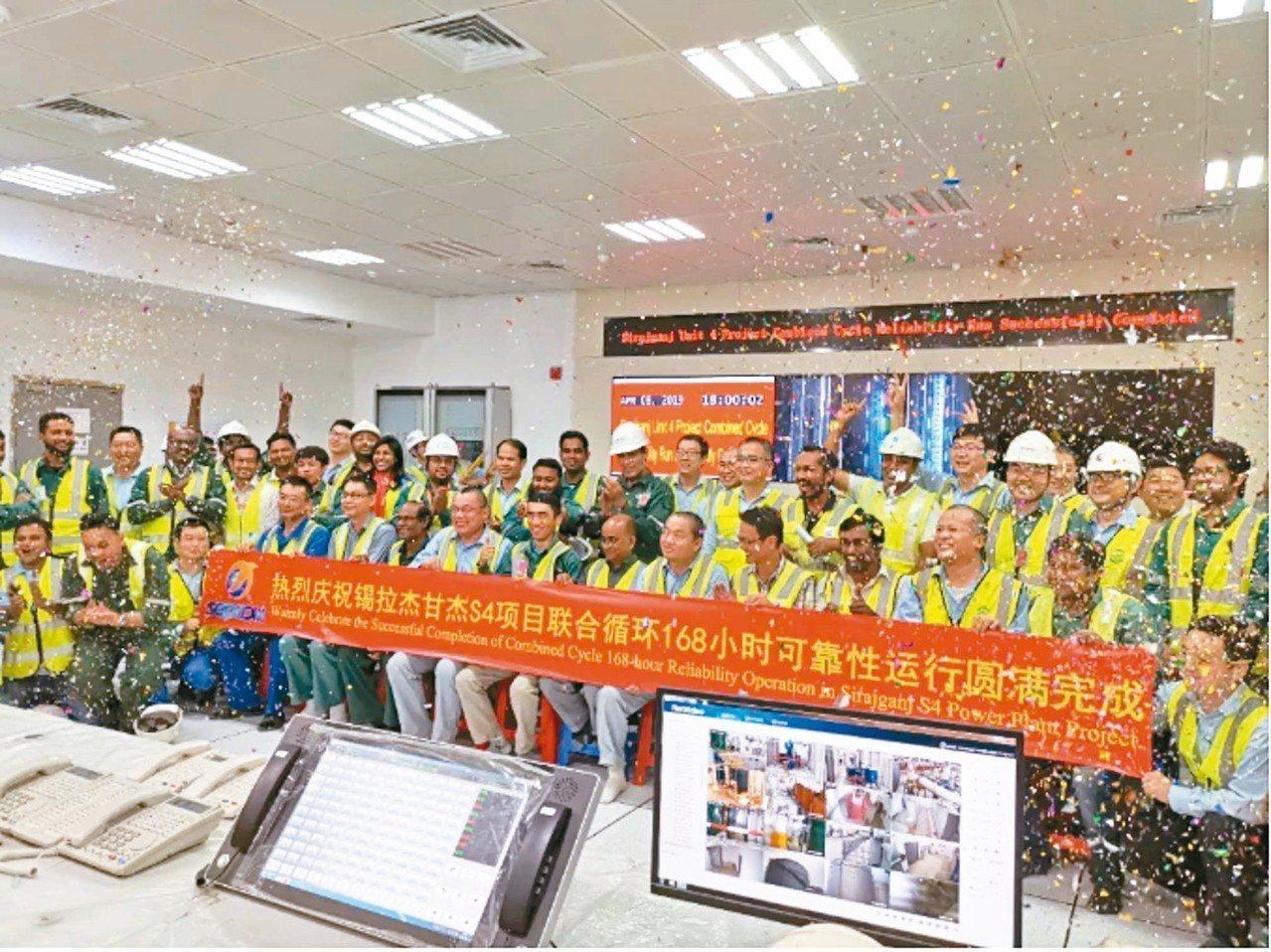 四川德陽的東方電氣集團東方汽輪機有限公司與孟加拉,雙方工作人員慶祝可靠性運行圓滿...