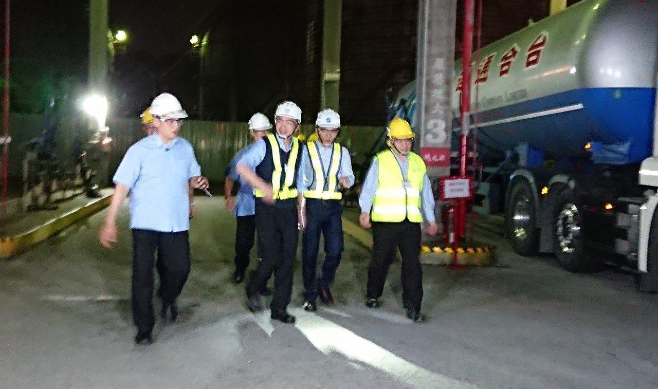 高雄市長韓國瑜夜訪臨海工業區,視察勞工夜間作業情形,隨後與勞工對談傾聽基層心聲,...