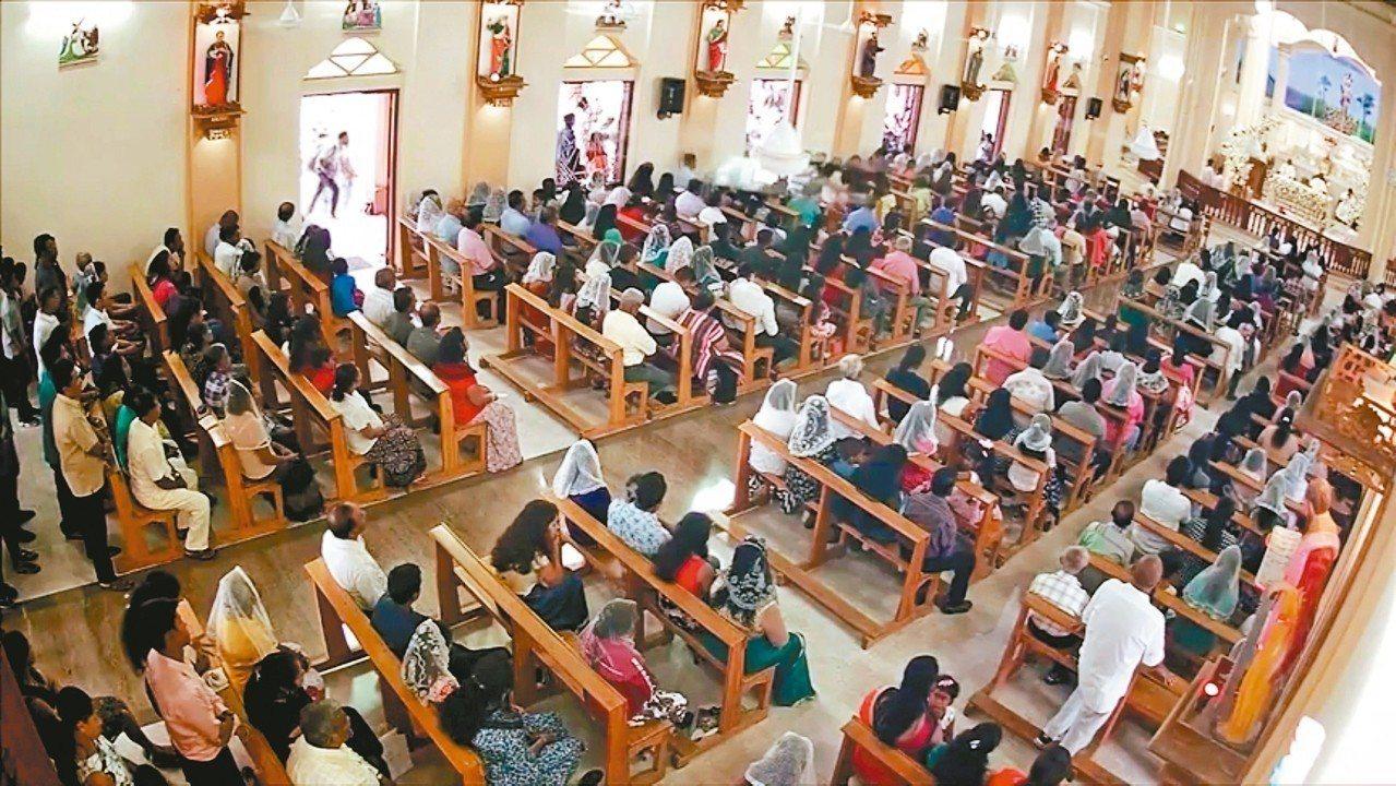 斯里蘭卡聖塞巴斯提安教堂的監視器,拍到自殺炸彈客(門口人影)廿一日發動攻擊前一刻...