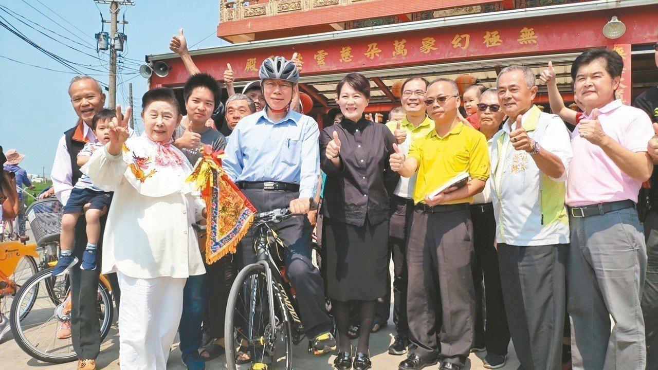 台北市長柯文哲(前排左二)日前跟隨大甲媽祖遶境,部分行程騎腳踏車。圖/聯合報系資...