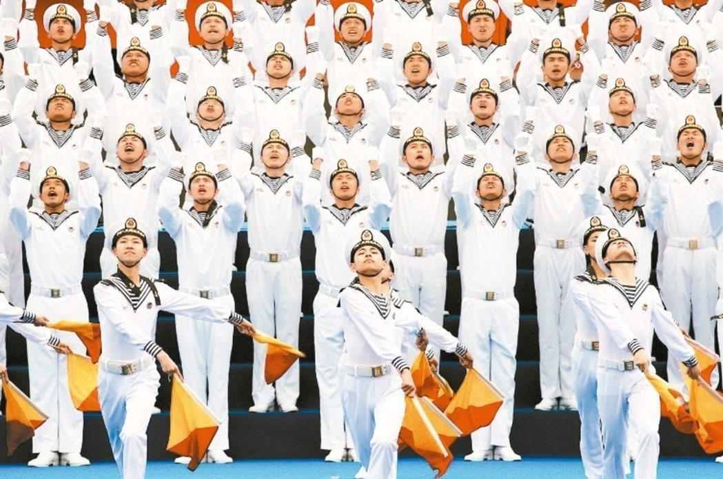中共海軍成立70周年的中外海軍聯合軍樂展示活動,昨日在山東青島舉行。 (路透)