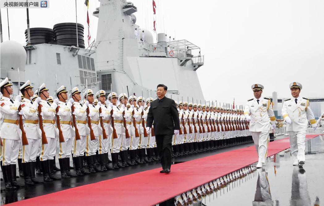 中共總書記習近平昨天在青島檢閱了解放軍海軍儀仗隊,隨後登上西寧號檢閱艦。 圖/摘...