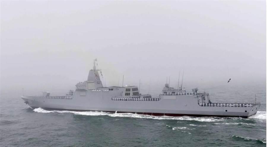 中共055型驅逐艦首艦「南昌號」昨日接受檢閱。 (新華社)