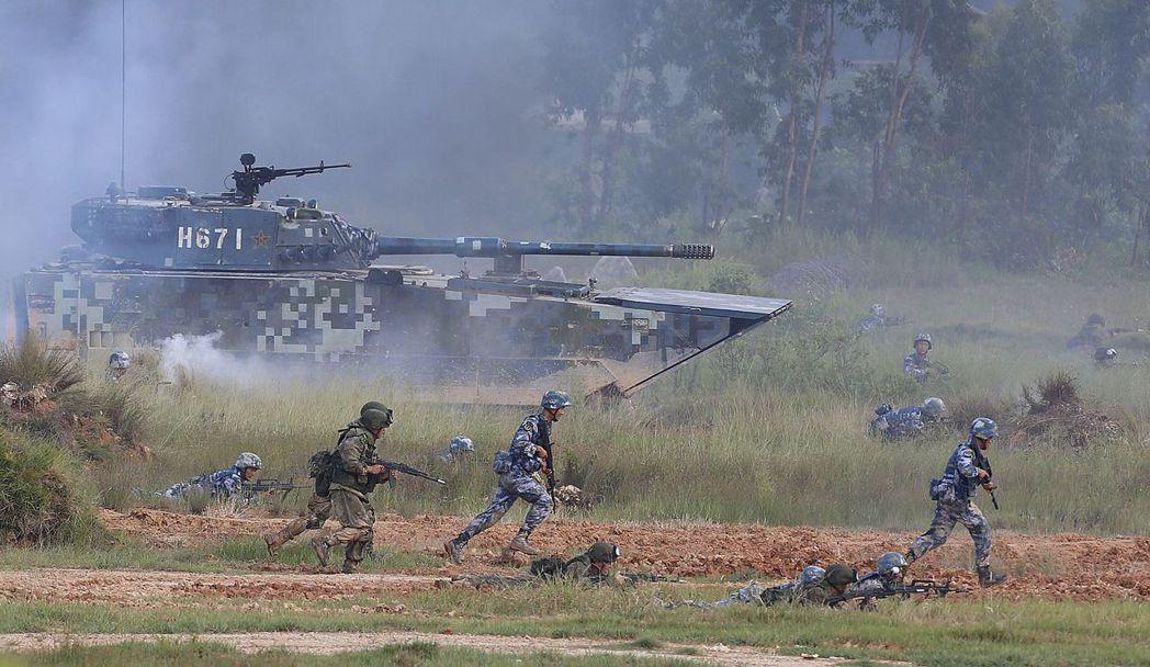 2016年9月14日,解放軍參加中俄海上聯合軍演時,陸戰隊演練海島進攻戰鬥戰術。...