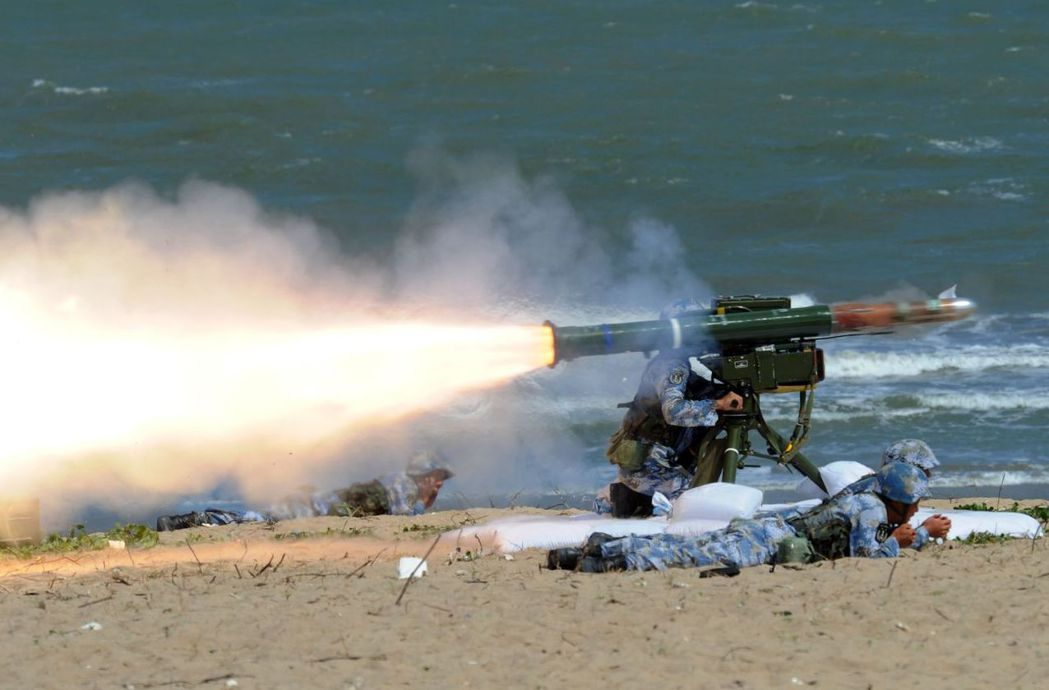 大陸海軍陸戰隊員演練,試射反坦克火箭。 (中新社)