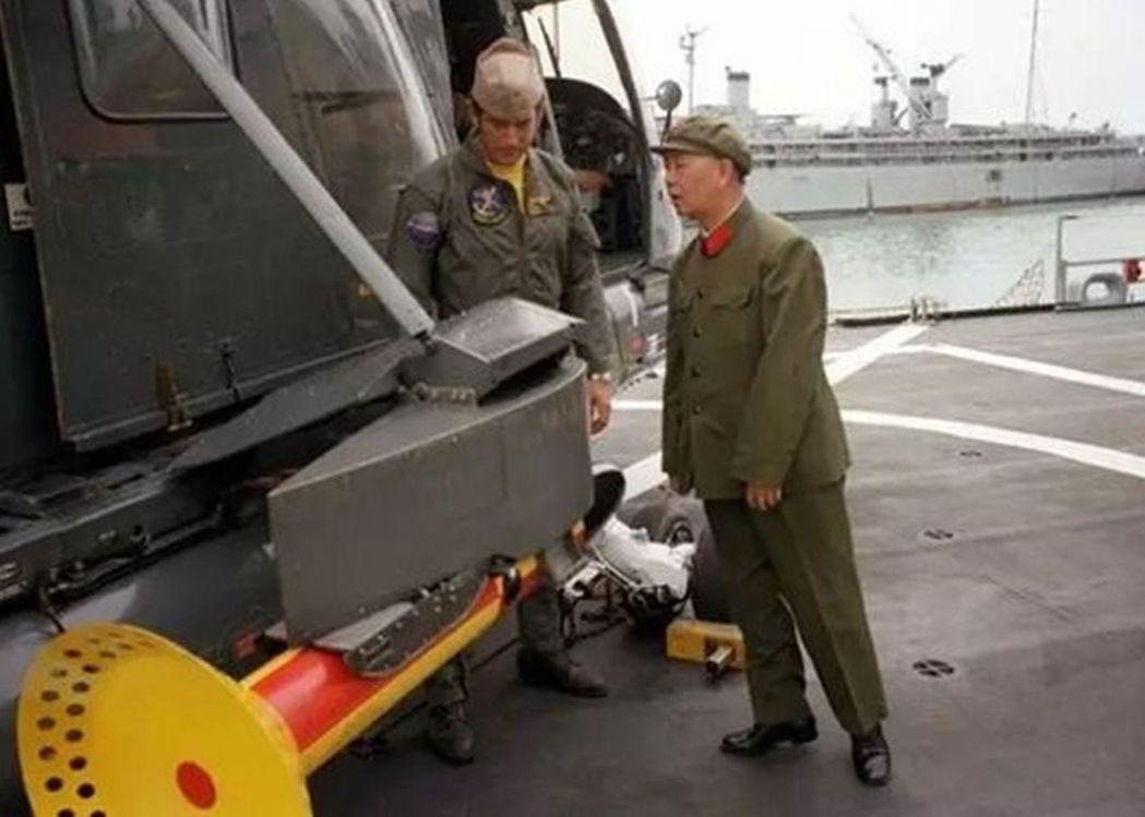 有「中國現代海軍之父」之稱的已故中共將領劉華清,早年率團赴美時,踮起腳尖、伸著脖...