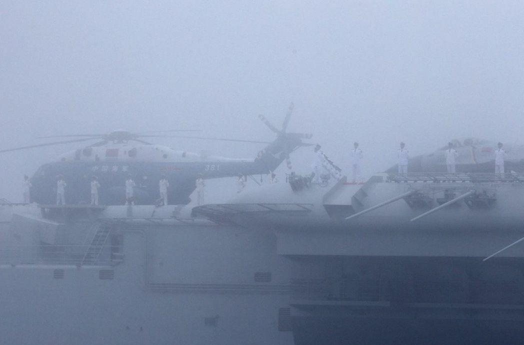 23日海上大霧,中共第一艘航母「遼寧號」在霧中參加海上大閱兵。 (歐新社)