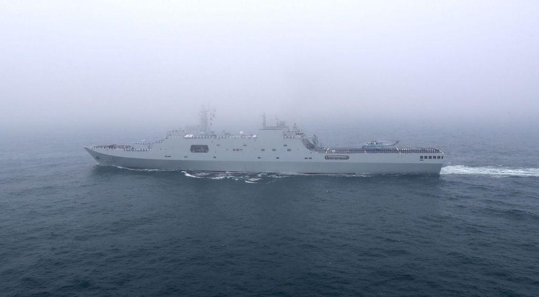 23日海上大閱兵遇到大霧,「五指山艦」在霧中航行。 (新華社)
