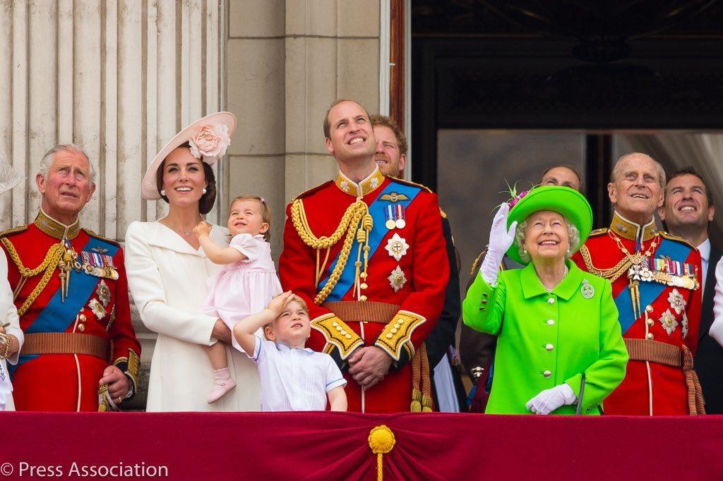 英國肯辛頓宮推特21日發文祝女王生日快樂,選的卻是2016年還沒有梅根的照片。 ...