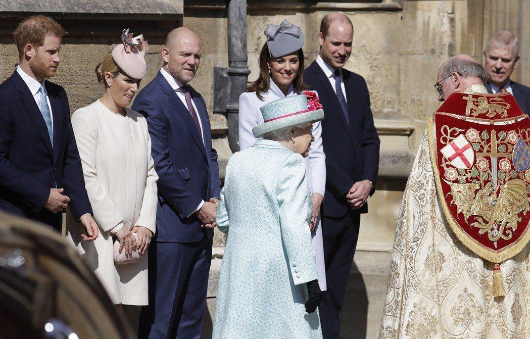英國王室成員21日出席於溫莎城堡聖喬治教堂舉行的復活節禮拜,哈利(左)和威廉(右...
