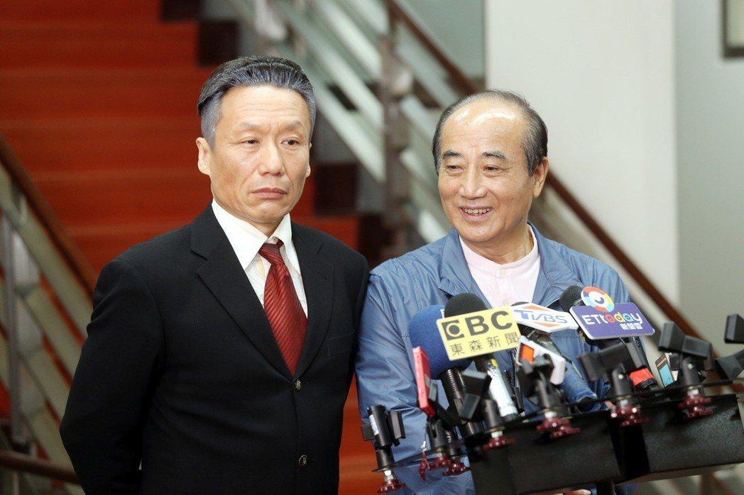 扮演「郭董」分身的藝人郭子乾(左)今天到立法院拜會王金平(右) ,除了錄節目還陪...