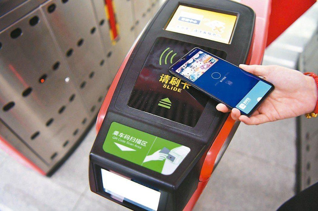 大陸支付市場快速發展,帶動去年銀行卡發行數量衝上75.9億張。 本報系資料庫