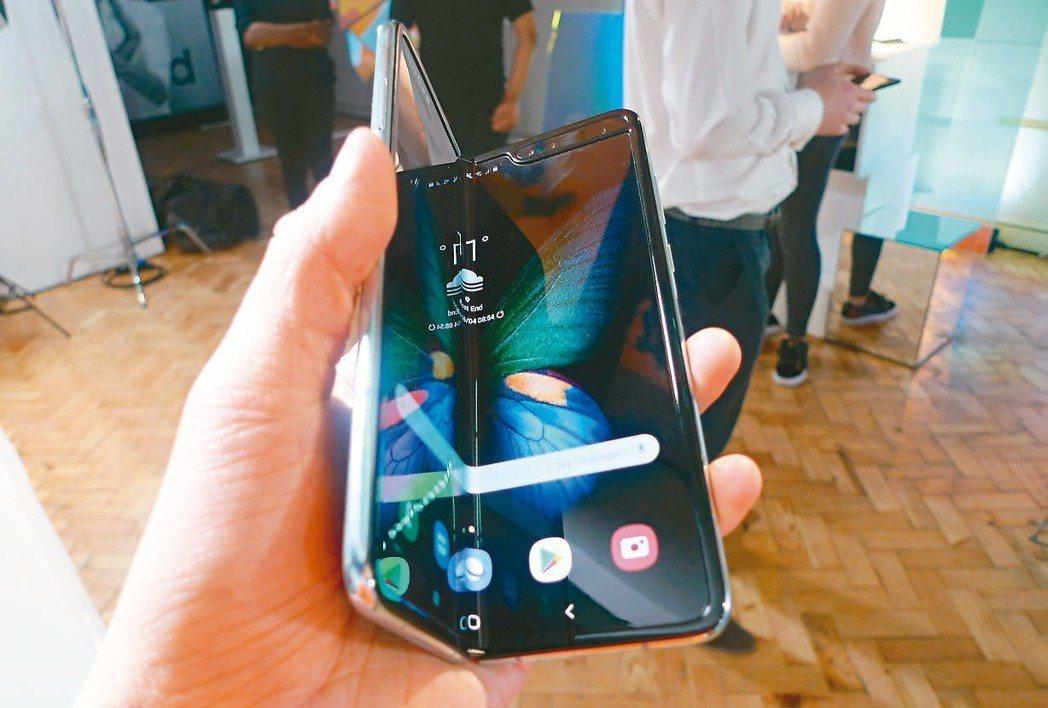 三星電子23日宣布,無限期延後旗下首款折疊智慧手機Galaxy Fold上市時間...