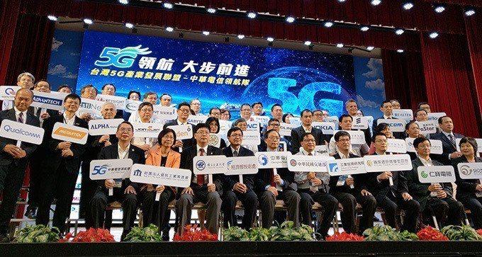 中華電信董事長謝繼茂(左前五)與公司團隊攜手台灣廠商,昨天一同展現5G技術產品能...