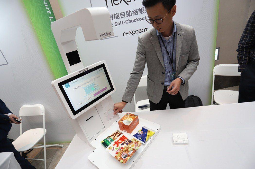 只需將產品放置於創博智慧自助結帳系統,即能以影像辨識進行結帳。 彭子豪/攝影