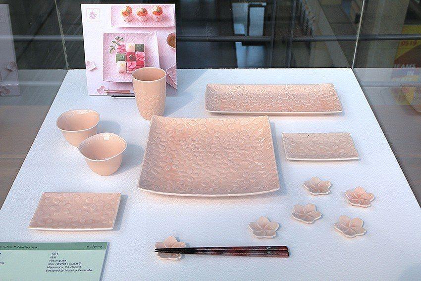佈滿櫻花浮雕的《櫻花滿開》,適合春暖花開的季節使用。 陶博館/提供