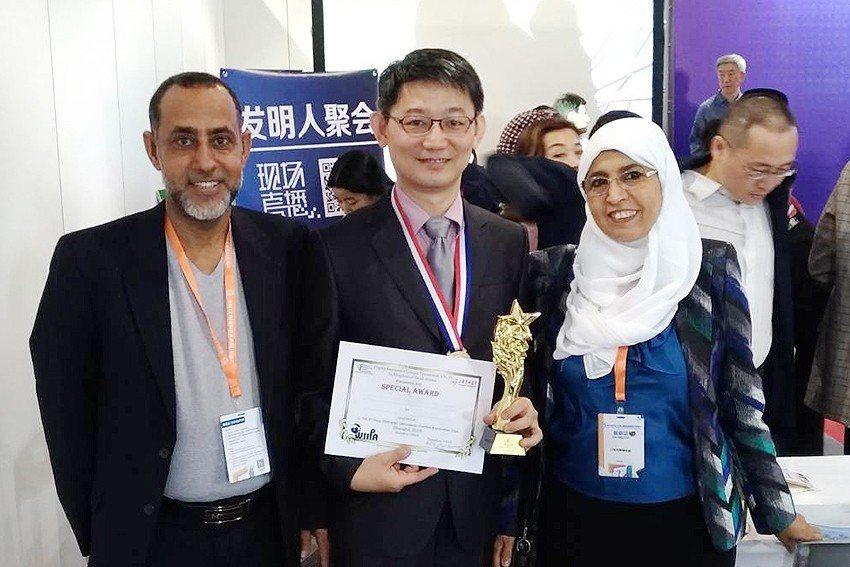 明新科大資管系教授王勝石(中),參加2019上海國際發明創新展覽會榮獲金牌,也獲...