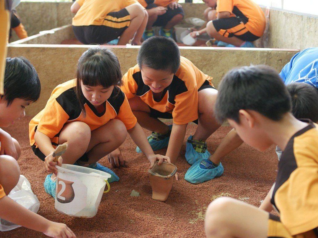 照片03 南台灣規模最大、擬真度也是最高的「考古探坑」,讓參與者化身考古學家實際...