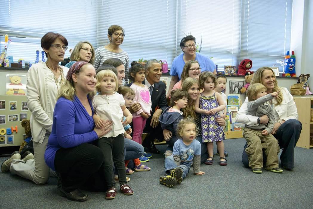 以色列人愛孩子,整體社會對家庭育兒也相當寬容、友善。圖為前美國總統歐巴馬2015...