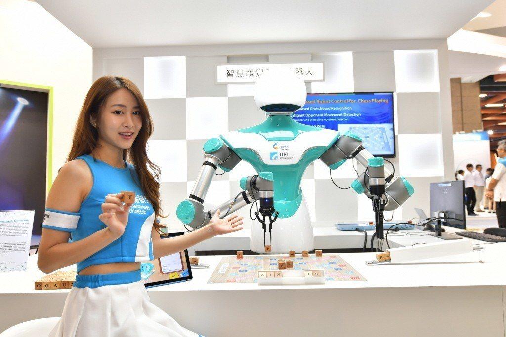 工研院智慧視覺系統機器人,整合應用深度感測、3D影像識別及人工智慧(AI)結合手...