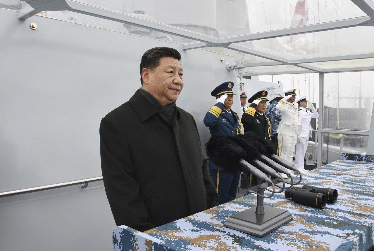 中央軍委主席習近平(左一)出席慶祝海軍成立70周年海上閱兵活動,登上西寧號檢閱艦...