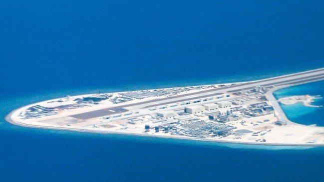 中國大陸租用美國衛星,用途包括加強監控、與南海部隊連絡。圖為南沙群島的渚碧礁。 ...