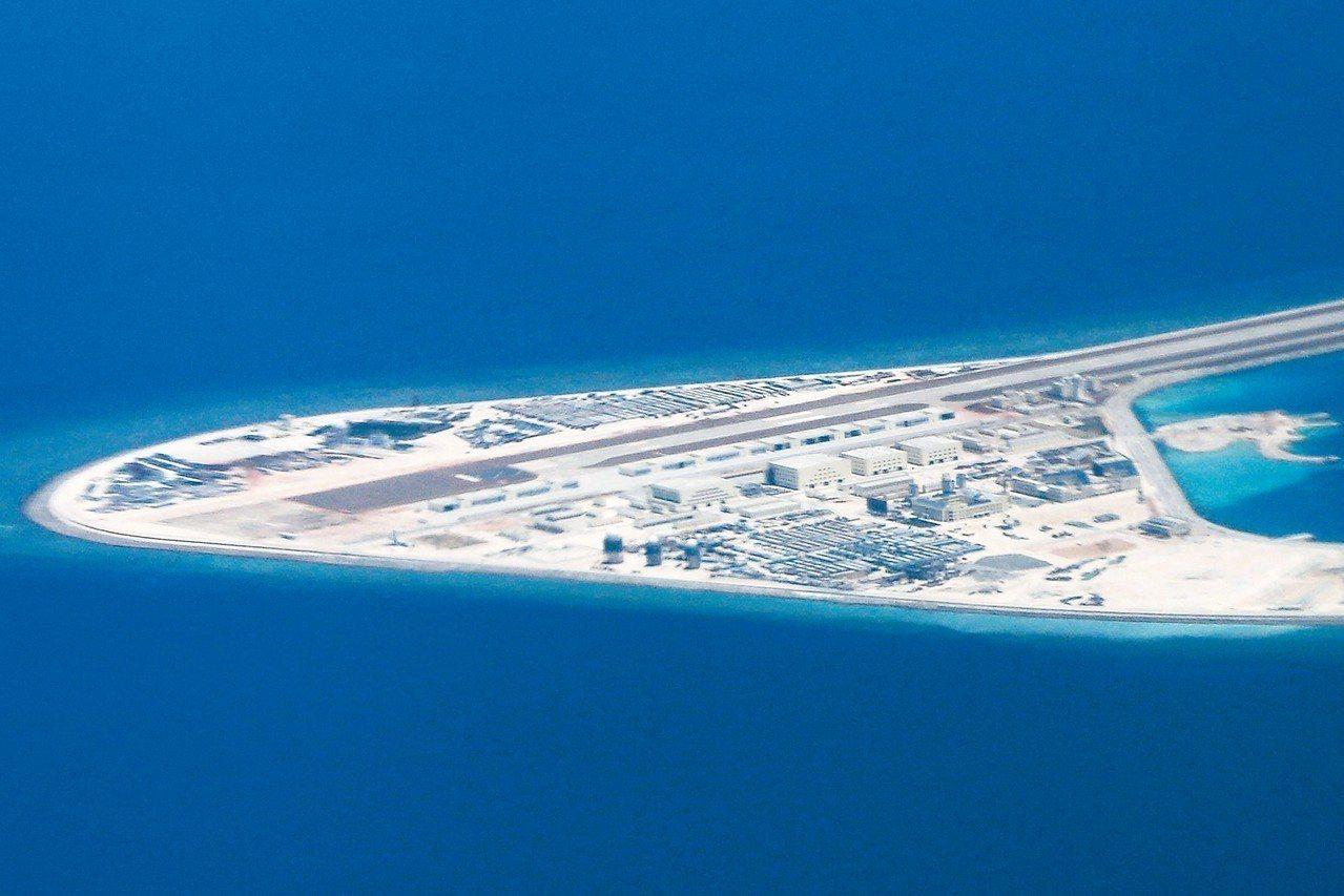 美軍前情報主管指出,中國南海基地有如3座珍珠港。圖為南沙群島的渚碧礁。 美聯社