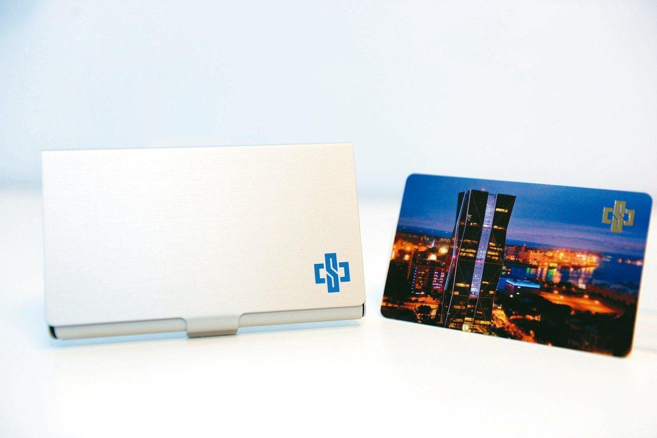 中鋼股東會紀念品「卡幸福儲卡鋁盒」。 圖/中鐵提供