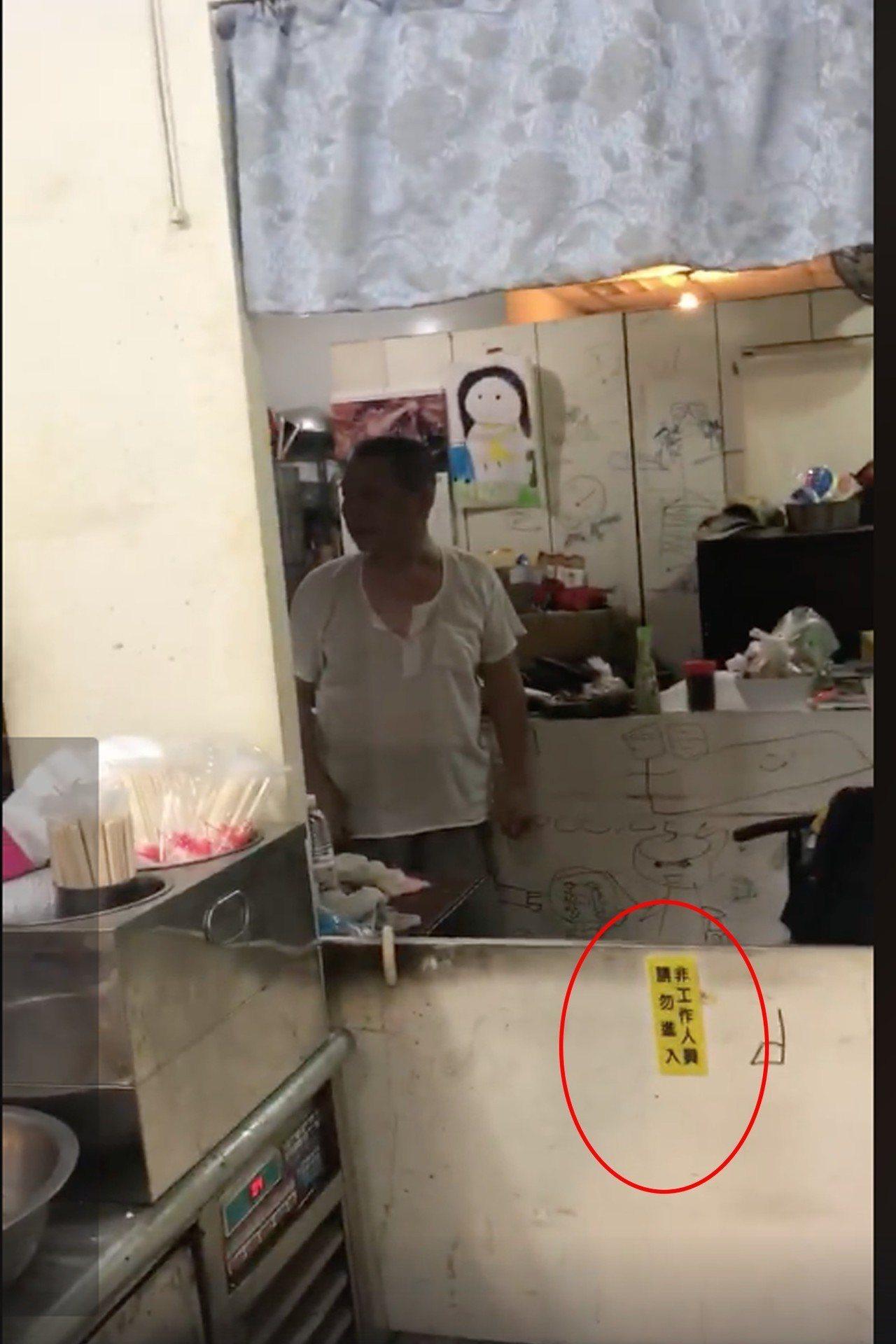 該名陸客完全無視店家告示,強行進入櫃檯。圖擷自網友臉書