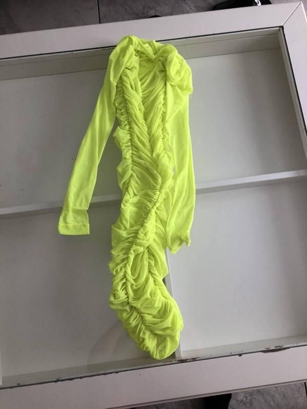 女生收到裙子後發現小得離譜,有網民形容實物活像長襪套。 圖片來源/jodieho...
