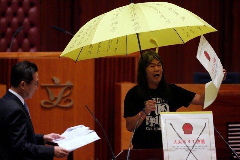 2016年10月,長毛梁國雄在立法會議員宣誓日使用道具表示抗議,隔年被高等法院宣...