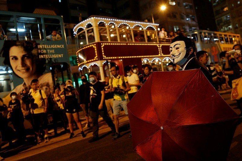 2016年11月,香港民眾抗議中共違反了「一國兩制」和《基本法》,對香港法律進行...