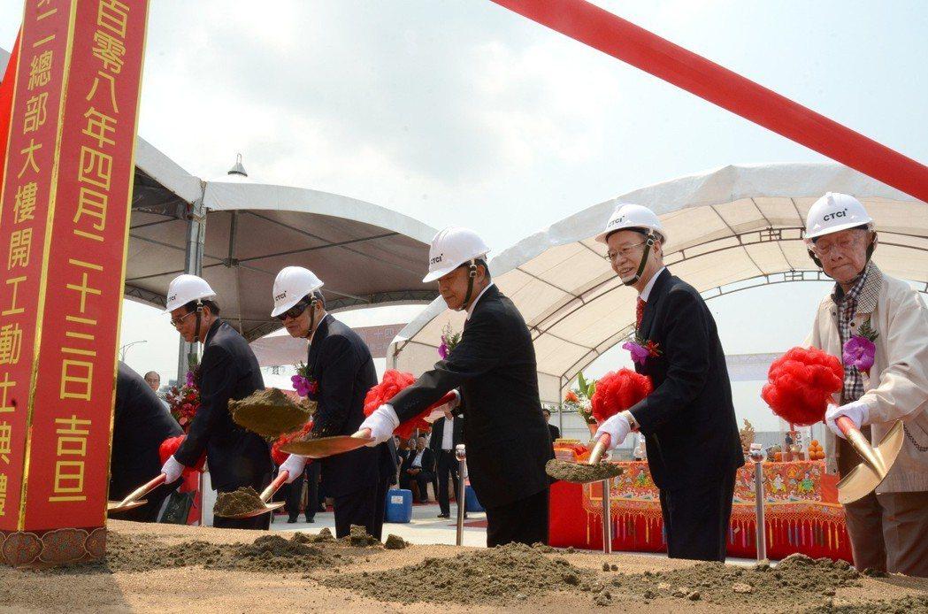 中鼎集團余俊彥總裁(中)與出席貴賓,共同進行開工動土儀式。