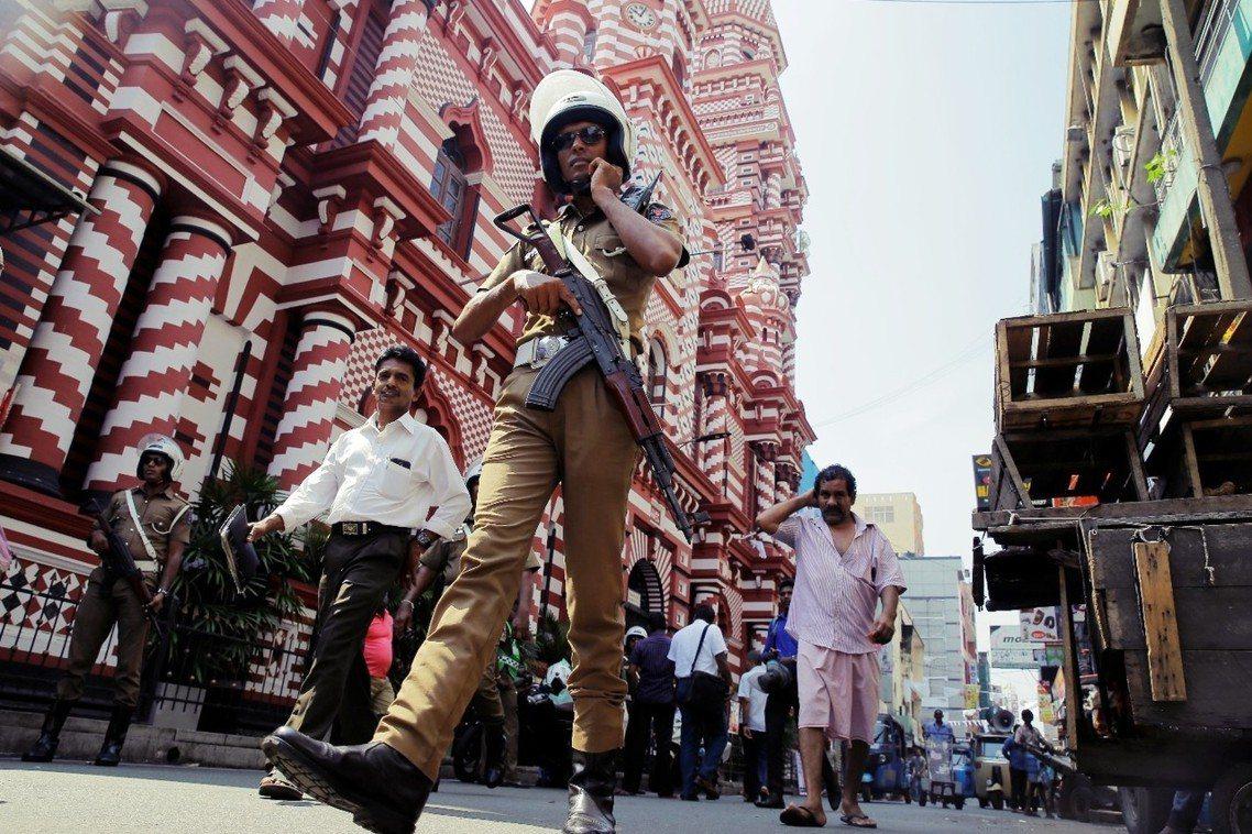 「斯里蘭卡仍處在恐攻爆炸的威脅之下,恐怖份子隨時都可能無預警突襲!」 圖/美聯社