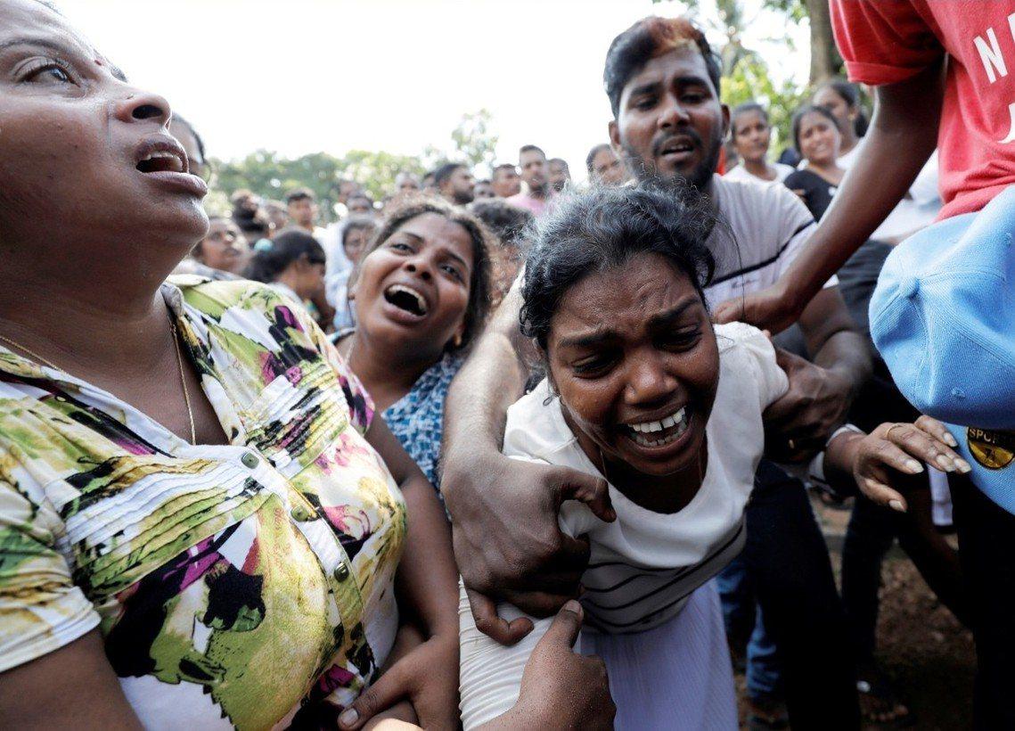 前斯里蘭卡全國仍處於「緊急狀態」,夜間宵禁仍在進行、社群媒體封鎖令也還在繼續,舉...