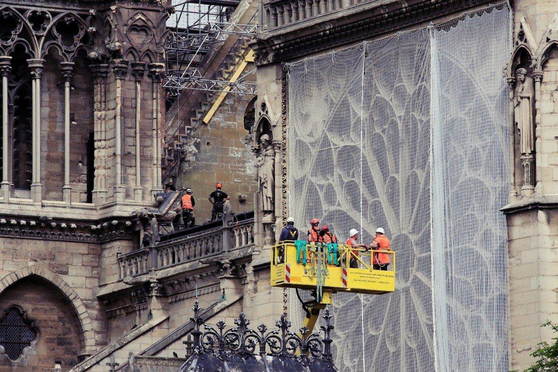 圖為目前聖母院玫瑰花窗的強化防護。屋漏偏逢連夜雨,大火燒毀的巴黎聖母院,此刻正面...