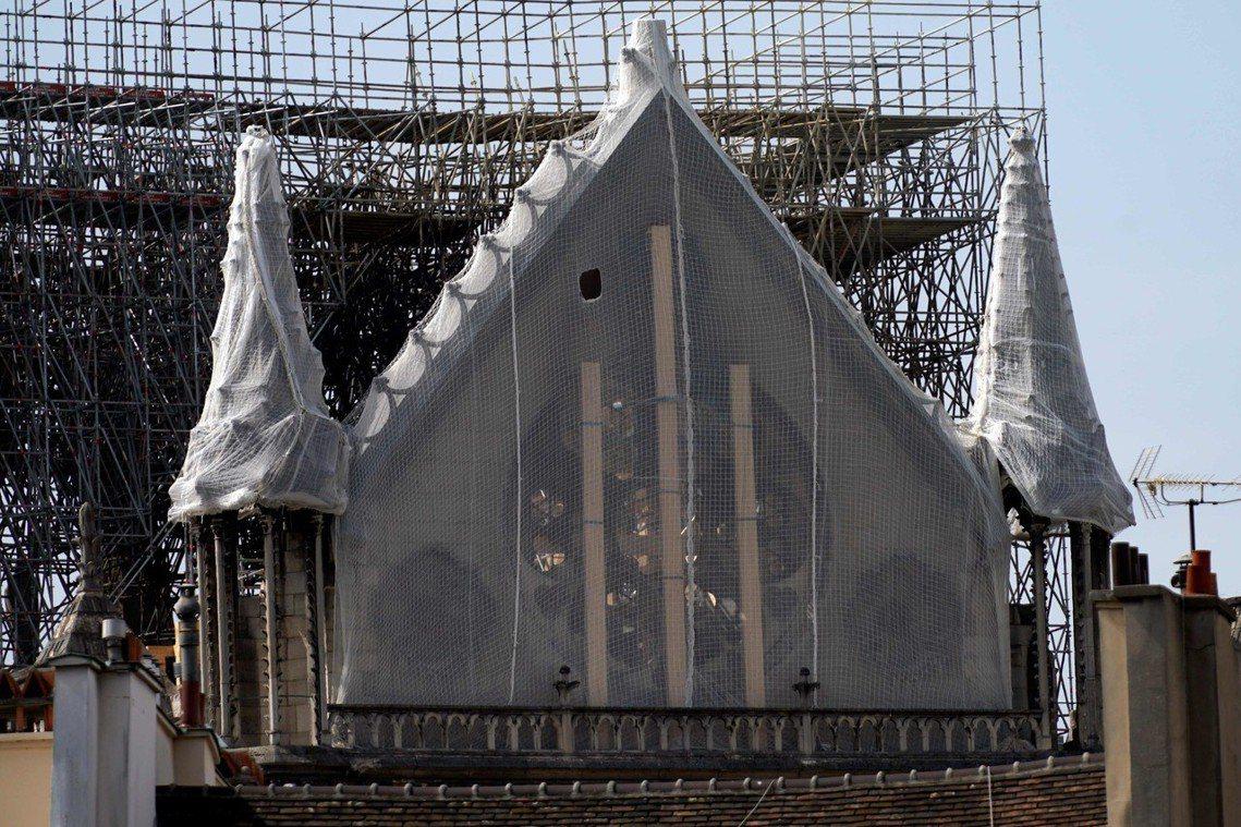 圖為目前聖母院屋頂防止崩塌的強化防護。面臨大雨考驗,之後因應曠日費時的修復工程,...